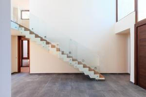 Bolted balustrade system on staircase